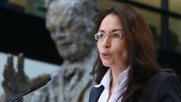 Yasmin fahimi vor brandt statue